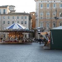 Luci, giostre, antichi giochi e cori gospel: ecco piazza Navona senza il mercato della Befana