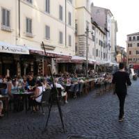 Dehors, tavolini, ombrelloni e borchie. Arriva il catalogo degli arredi autorizzati per bar e ristoranti