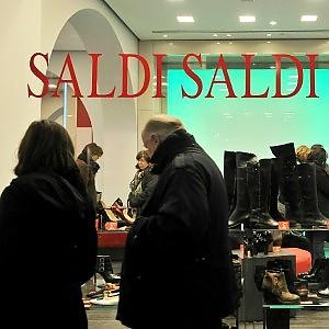 """Shopping con """"saldi"""" anticipati: in Centro sconti fino al 30%"""