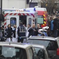 Assalto al giornale Charlie Hebdo, flash mob in piazza Farnese