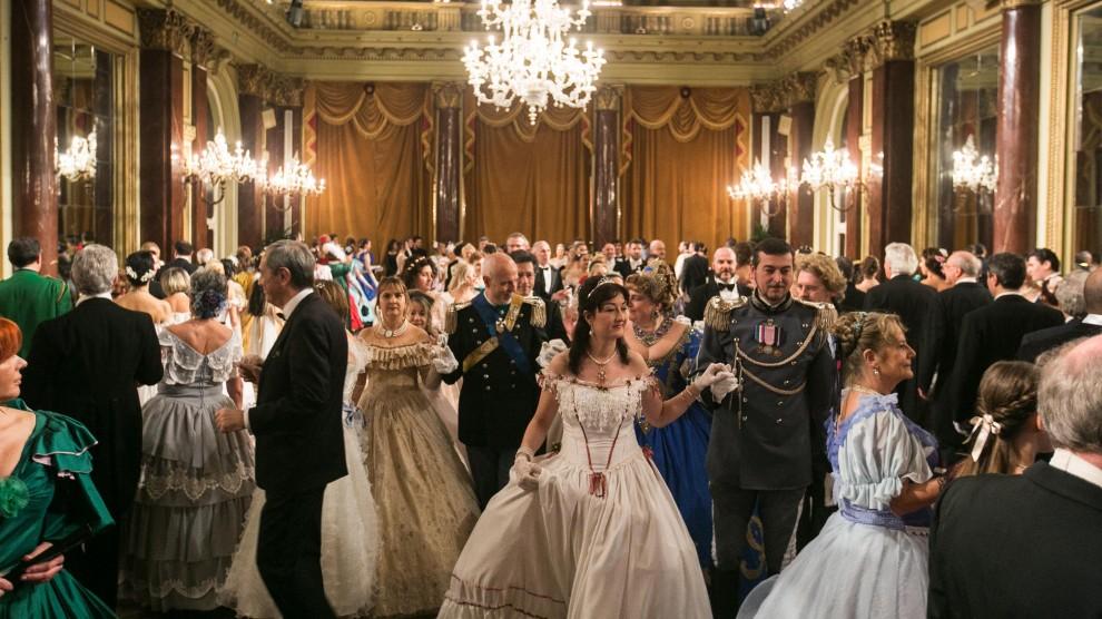 Gran ballo russo, dame e cavalieri danzano come nell'800