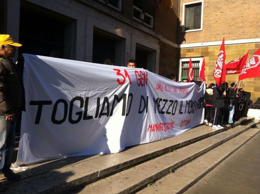 """I movimenti occupano l'anagrafe: """"No al Piano Casa"""""""