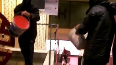 Vernice e slogan, blitz contro la Lega in un hotel in Corso Italia