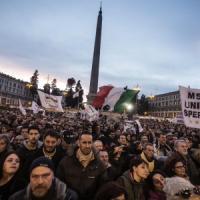 """Bandiere e striscioni, in piazza del Popolo la """"Notte dell'onestà"""" dei 5 Stelle"""