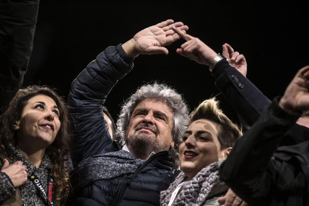 """Grillo sul palco di piazza del Popolo: """"In Italia un buffoncello ci ricatta"""""""