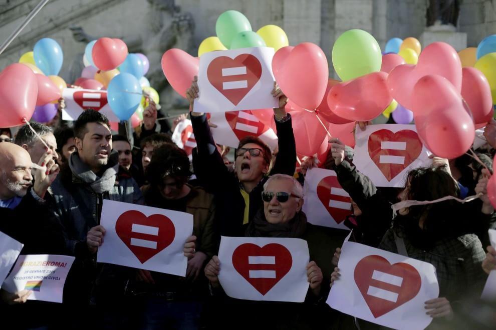 Roma, sì alle Unioni civili. E' festa in Campidoglio