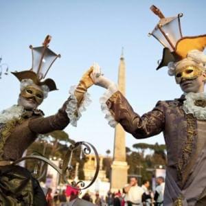 Carnevale romano, la festa in piazza tra sfilate in maschera a cavallo e spettacoli