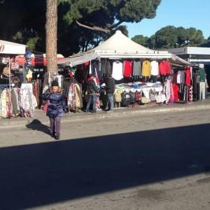 """Il mercatino abusivo di Termini. """"Via le bancarelle fuorilegge da piazza dei Cinquecento"""""""