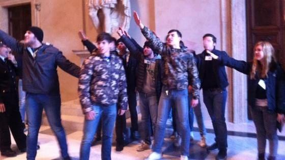 Blitz del Fronte della Gioventù contro il nuovo logo Roma: saluti romani in aula Giulio Cesare
