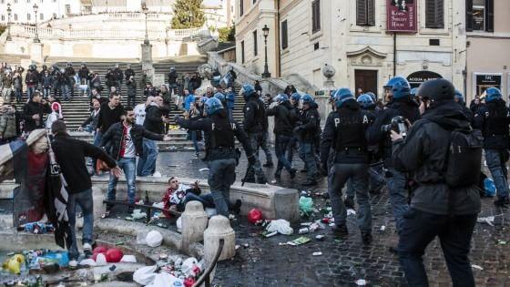 Europa League, scontri e cariche in piazza di Spagna e Villa Borghese. Schierati 1300 agenti