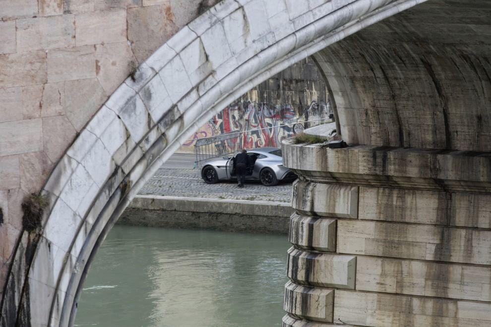 James Bond, l'inseguimento mozzafiato sulle bachine del Tevere