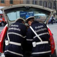Auto contro il palo della luce in centro: un morto e 2 feriti
