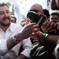 Salvini in piazza del Popolo, selfie e autografi. Poi la foto con l'iPad dal palco