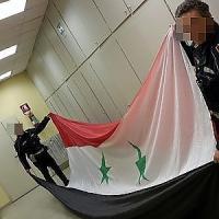 Colosseo, blitz dei profughi siriani: la bandiera appesa ai varchi