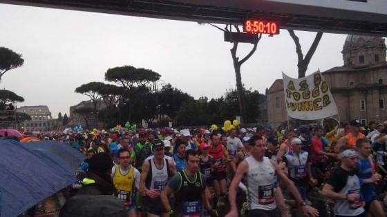 Maratona di Roma, vince Abebe Degefa. In 80mila di corsa sotto la pioggia