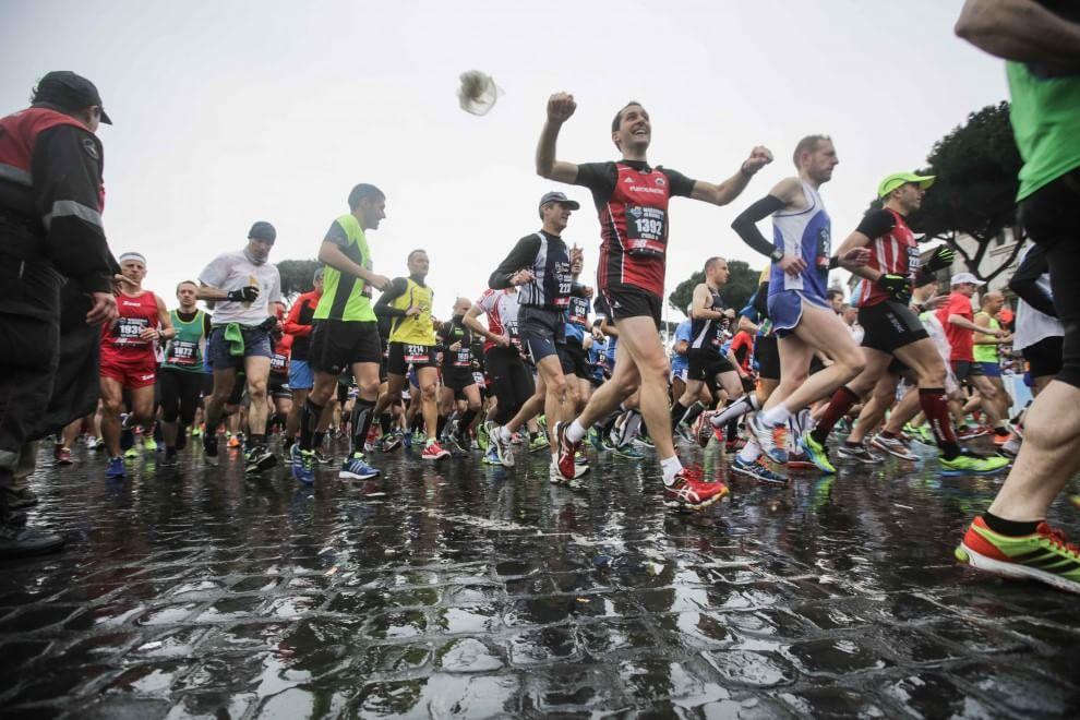 Pioggia e maltempo non fermano la Maratona di Roma