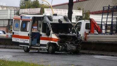 Ambulanza in fiamme sulla Colombo traffico in tilt: ferita una donna   Foto