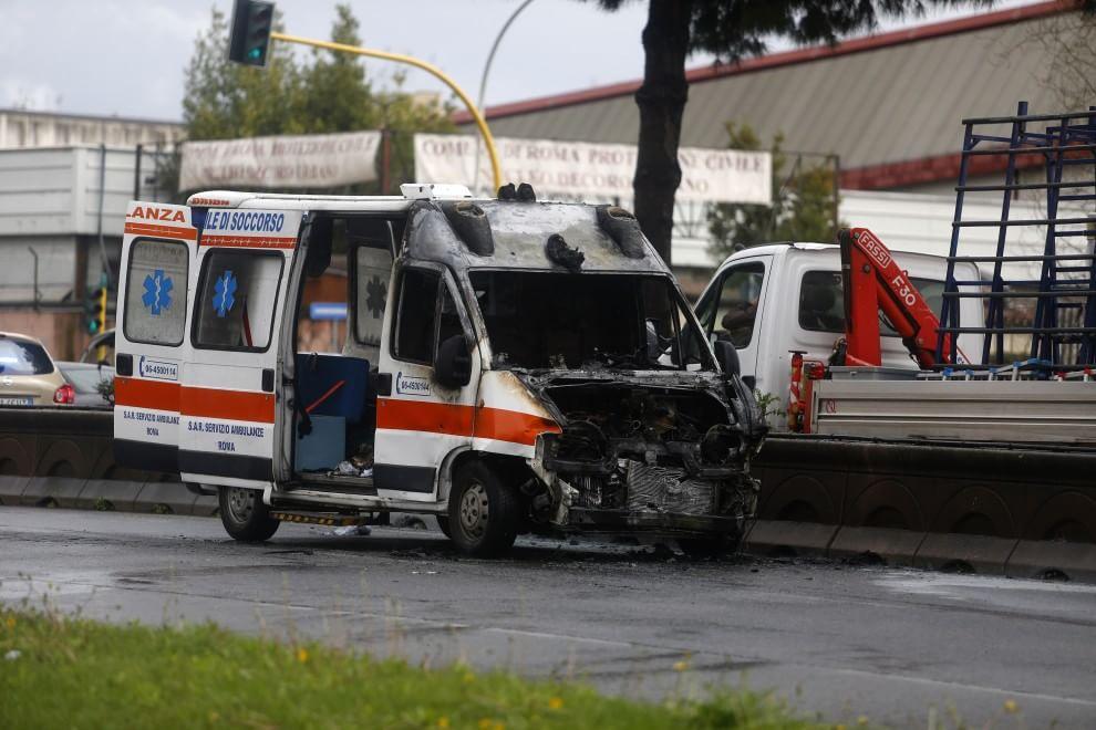 L'ambulanza distrutta dalle fiamme in via Cristoforo Colombo