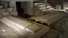 Emerge l'urna marmorea con le reliquie di tre Santi