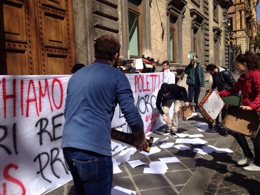 """Fiom, flash mob di giovani al ministero del Lavoro: """"Scarichiamo Renzi e Poletti: reddito, diritti e lavoro"""""""