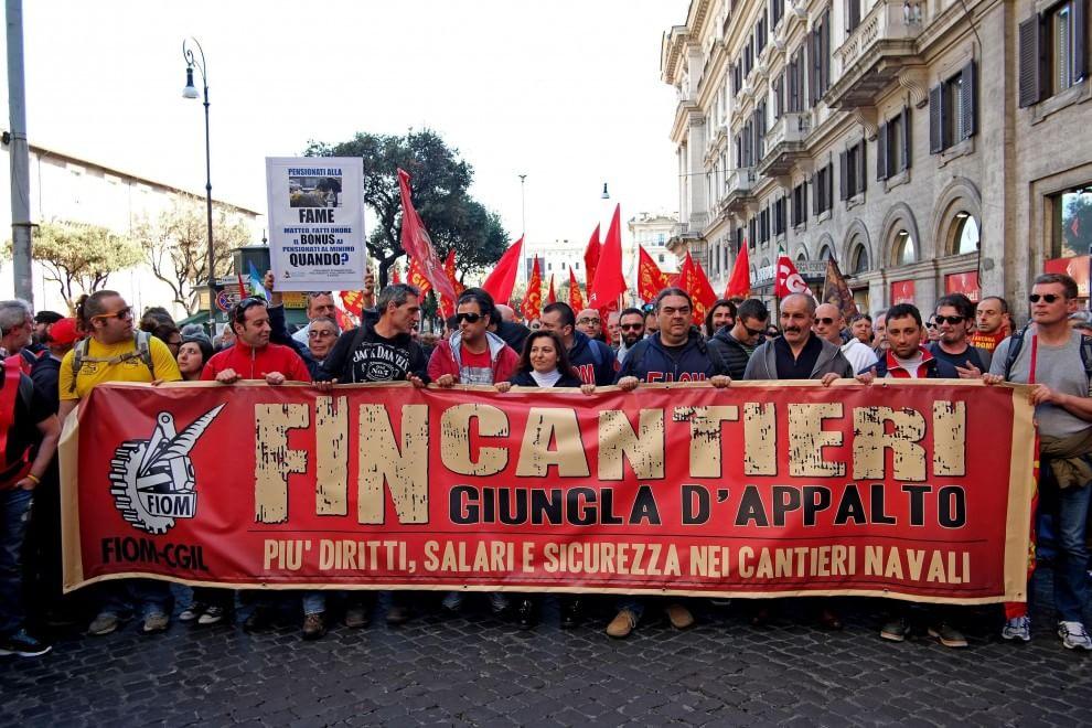 più recente cbac1 c9bed Bandiere, striscioni e felpe rosse, la Fiom in piazza a Roma ...