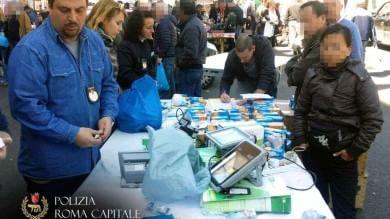 Mercato di Porta Portese, blitz dei vigili sequestrati oltre mille prodotti  Foto