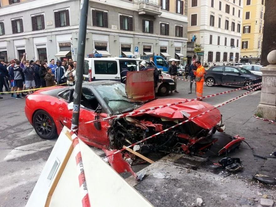 Roma ferrari finisce in negozio in via del viminale for Piani di garage con lo spazio del negozio