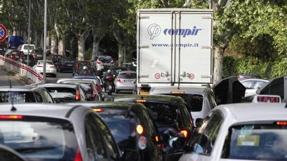 Roma è la città più trafficata d'Italia: ogni ora si perdono 24 minuti in coda