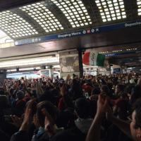 I tifosi laziali invadono la stazione Termini per salutare la squadra in partenza per Napoli