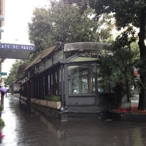 """Topi e rifiuti, il degrado del dehors del Cafè de Paris: """"Va abbattuto"""""""