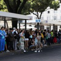 """Roma, sciopero trasporti e traffico impazzito. Caos metro, passeggeri """"occupano"""" vagoni"""