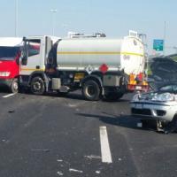 Maxi incidente sul raccordo tra autocisterna, due vetture e un furgone: due feriti gravi
