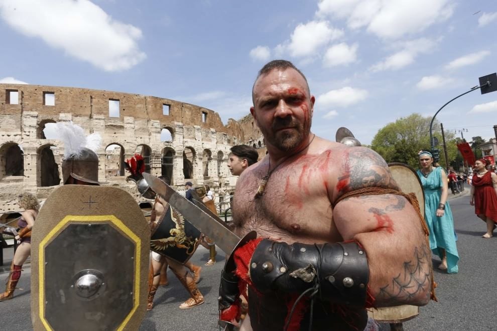 Natale di Roma, ancelle e gladiatori sfilano lungo i Fori Imperiali