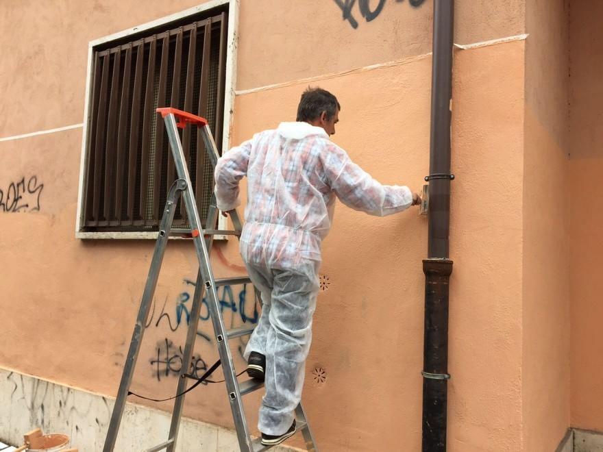 Raschietti e pettorine, i volontari del decoro puliscono la Montagnola