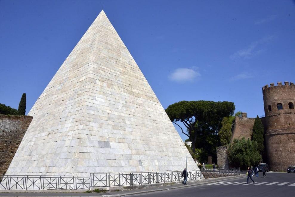 Marino inaugura a Roma la Piramide Cestia restaurata