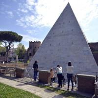 Restyling da 2 milioni, la Piramide Cestia torna bianca come duemila anni fa
