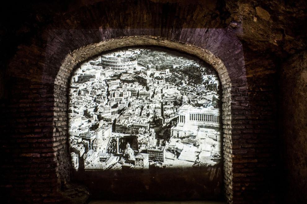 Viaggio notturno nel Foro di Cesare con la voce di Piero Angela