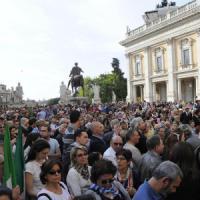 """25 aprile, a Roma scritte e striscioni shock. Festa in Campidoglio, Marino canta """"Bella..."""