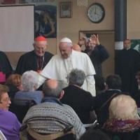 Papa Francesco a Ostia, folla in festa: