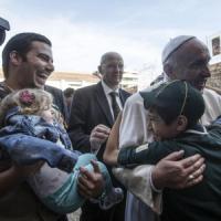 """Papa Francesco a Ostia, folla in festa: """"Pregate per me, sono un po' anziano e malato"""""""
