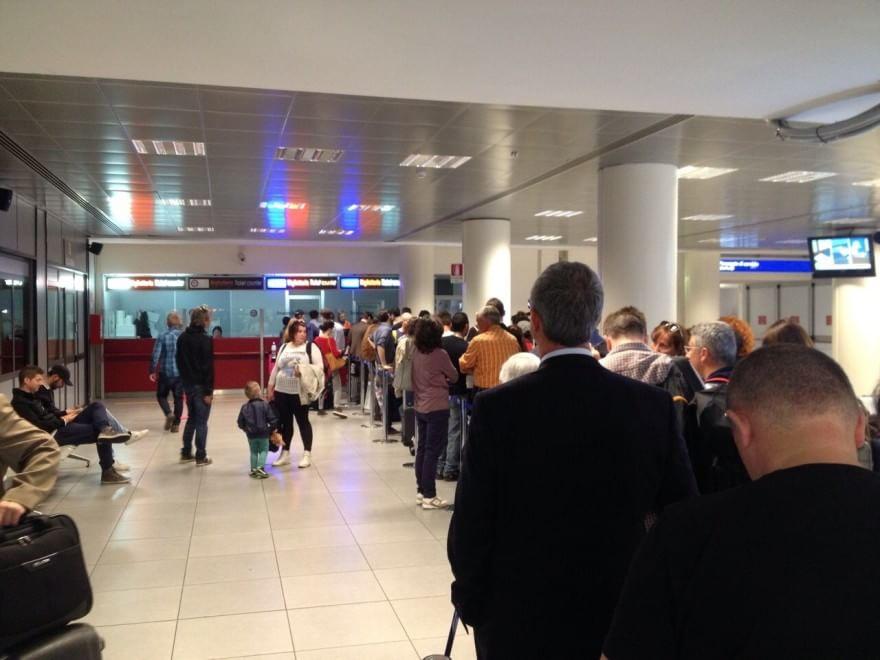 Ciampino, caos all'aeroporto: centinaia di passeggeri a caccia di un biglietto
