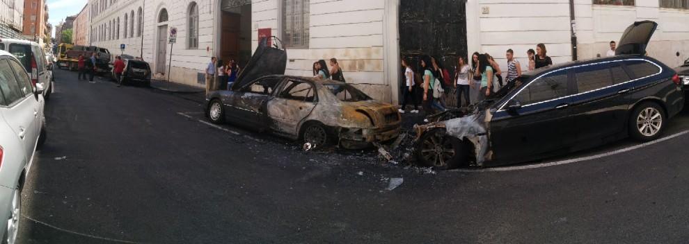 Piromani in azione in via Ariosto, auto bruciate nella notte