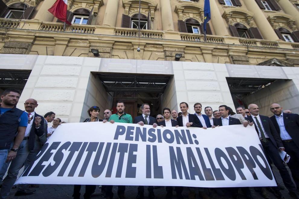 """Roma, Salvini manifesta per le pensioni al Mef: """"Restituite il malloppo"""""""