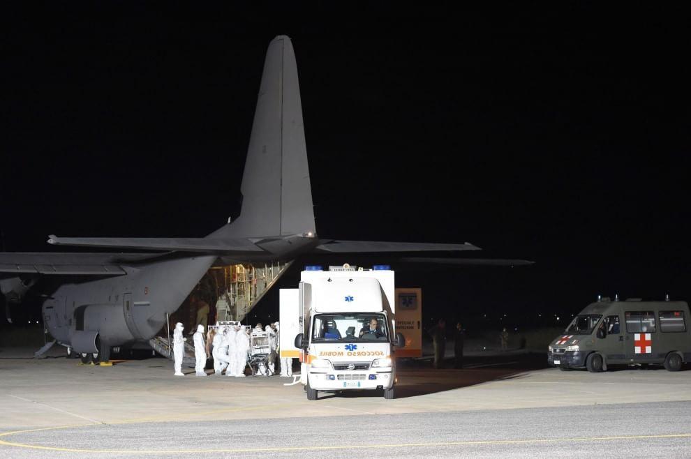 Ebola, l'arrivo dell'infermiere Emergency all'aeroporto militare di Pratica di Mare