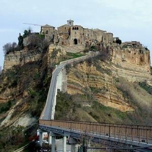 """Civita di Bagnoregio, l'appello di Zingaretti: """"Sia patrimonio Unesco"""". Da Napolitano a Bertolucci grandi firme per salvarla"""
