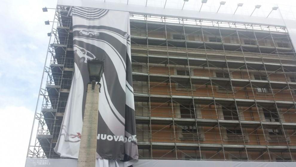 San Pietro, rimosso il mega cartellone Fiat che oscurava il Cupolone