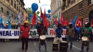 """Sindacati e Sel, sfila il corteo anti-Marino    Ft    """"In 5mila per lavoro e politiche sociali""""    Vd"""