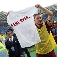 Traguardo Champions e lo sfottò di Totti. E' un festival di t-shirt