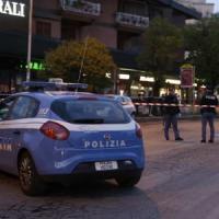 Roma, non si fermano al posto di blocco: 9 persone travolte dall'auto in fuga, una è morta