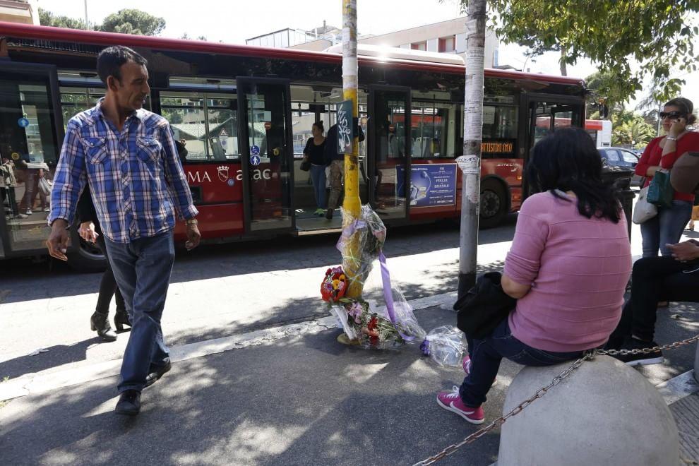 Roma, auto travolge nove passanti: una vittima. Fiori sul luogo della tragedia